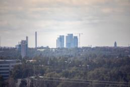 Keskellä Kalasataman tornitalot ja etuvasemmalla Itäkeskuksen maamerkki. Kuvattu 500mm peililinssillä. Kuvia Vuosaaren huipun kävelylenkiltä.